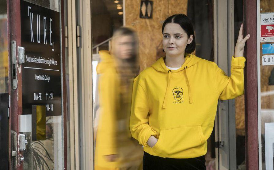 Luilla Clothing edustaa pohjoissuomalaisten pienten vaatemerkkien uutta sukupolvea. Suomalaisiin brändeihin erikoistuneen Kure-liikkeen yrittäjä-myyjä Jenni Santaniemi esittelee Luilla-hupparia.