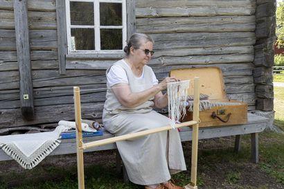 Lankaa ja sukkelat sormet: vain ne tarvitaan fransupitsin solmimiseen–oululainen Leena Korhonen pitää yllä jo harvinaiseksi käynyttä perinnekäsityötaitoa