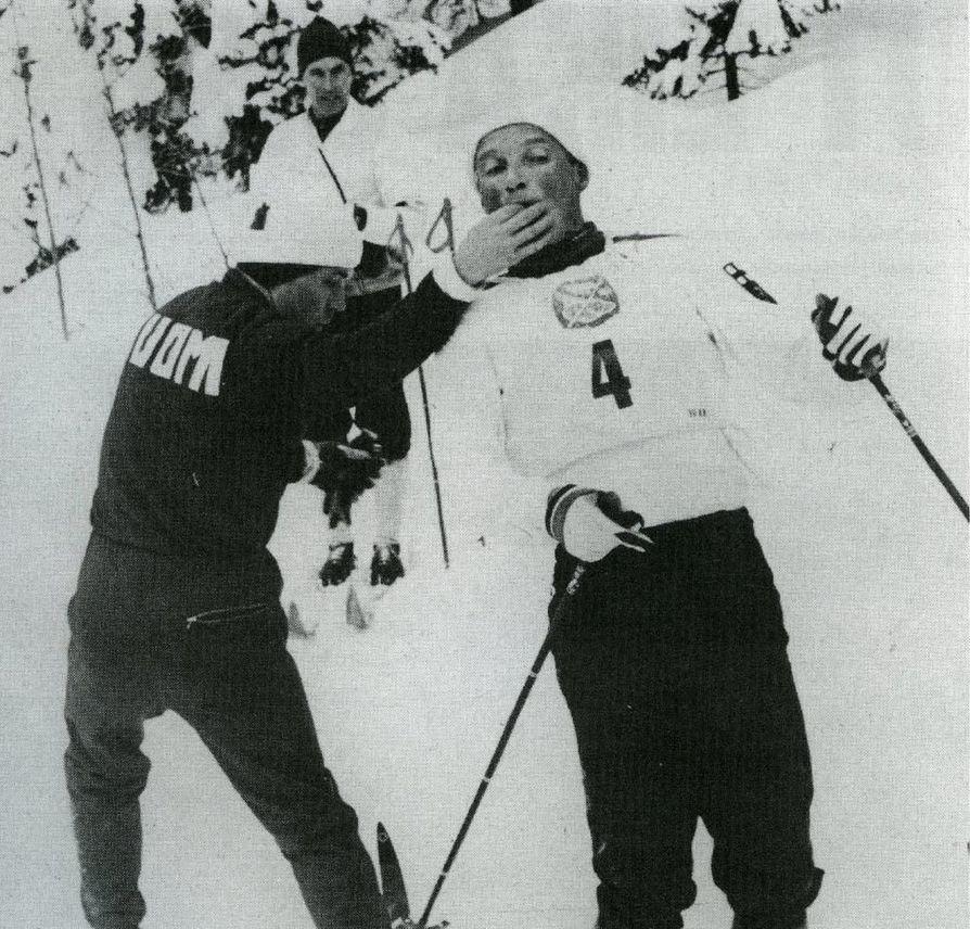 Hiihdon MM-kisojen 30 kilometrillä 1966 Oslossa Kalevi Oikarainen saa suuhunsa huoltaja Eino Huhtalalta jotakin. Oikarinen oli lopputuloksissa kahdestoista.