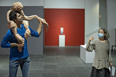Oulun taidemuseon realistiset veistokset houkuttelevat katsomaan läheltä – puhuvia päitä, liikkuvia jäseniä ja pikkutarkkaa käsityötä ihohuokosia myöten