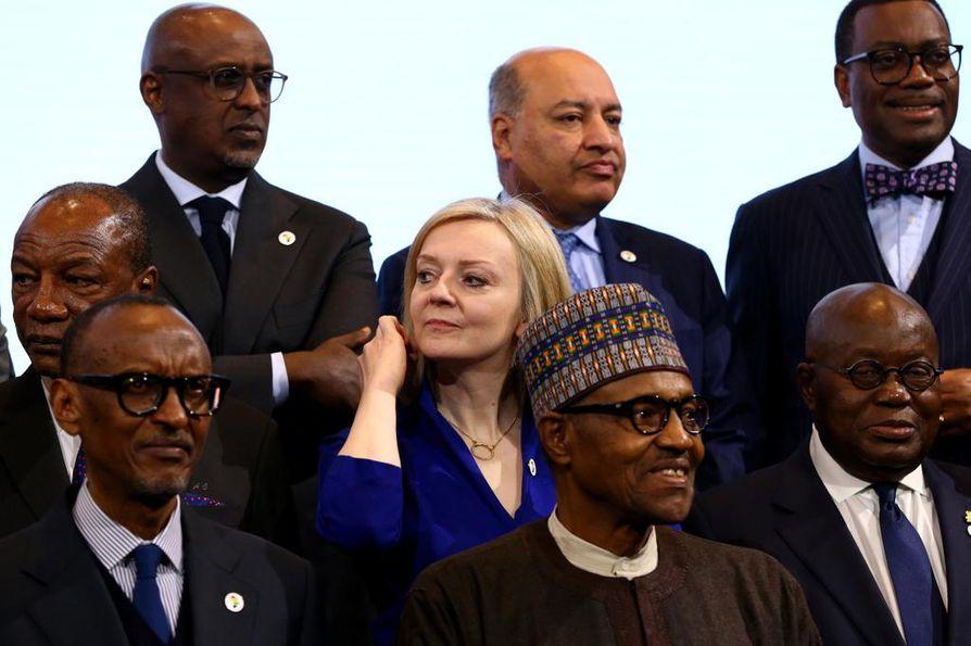 Britannian kauppaministeri Liz Truss (keskellä) kuvattuna konferenssissa, joka käsitteli Afrikkaan suuntautuvia investointeja.