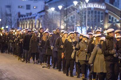 Valtava väkimäärä seurasi Oulun keskustassa Ajankulkue-tapahtumaa, katso kuvagalleria