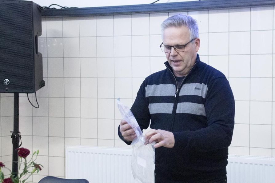Luken Tapio Visuri havainnollisti metsästäjille, kuinka suden ulostenäyte tulee kerätä pussiin ja mitä keräystietolomakkeelle kirjataan.