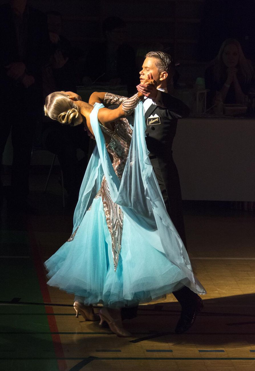 Eetu Lämsä ja Emilia Prykäri tanssivat SM-kultaa junioriluokassa.