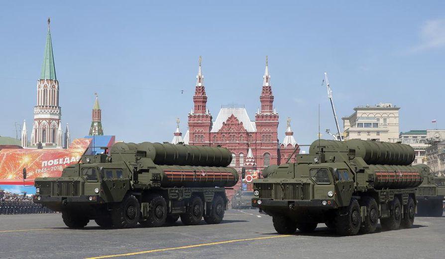 Venäjän armeijan S-400-ilmatorjuntaohjukset olivat näytillä voiton päivän paraatissa Moskovan Punaisella torilla toukokuussa 2018.
