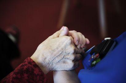 """Vanhustyön keskusliitto tähdentää: yli 70-vuotiaiden eristäydyttävä: """"Kuolonuhrit muissa maissa olleet iäkkäämpiä"""""""