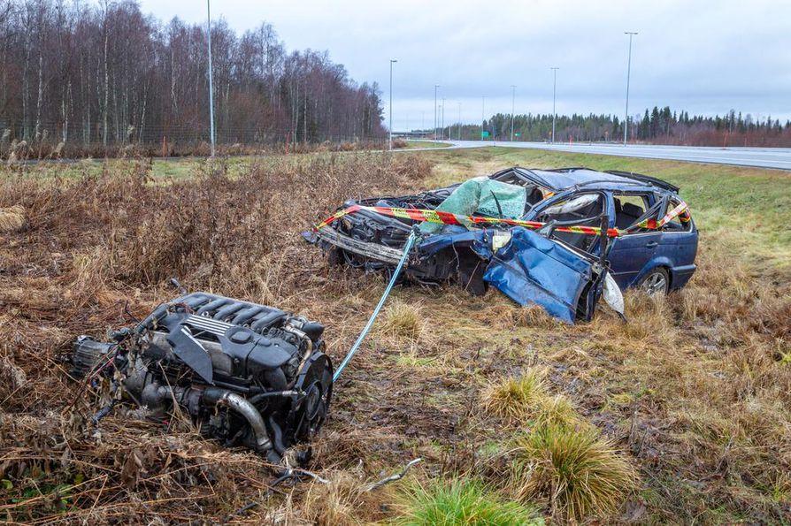 Onnettomuuden rajuudesta kertoo muun muassa se, että auton moottori irtosi kokonaan.