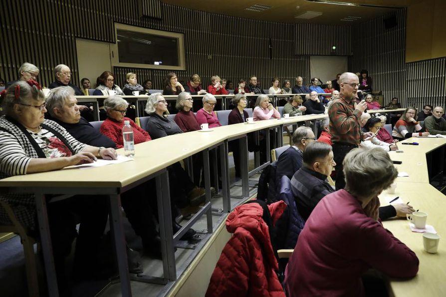 Pudasjärvellä keskusteltiin keskiviikkona maahamuuttoasioista. Avoin keskustelutilaisuus kokosi salin täyteen ihmisiä.