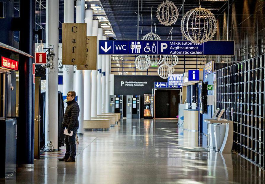 Oulun lentoja vähennetään normaalitilanteeseen nähden huomattavasti. Norwegian lentää vielä sunnuntaina, sitten vain Finnair. Huhtikuusta alkaen Finnair lentää kaksi lentoa päivässä – aamulla Helsingistä Ouluun ja takaisin, illalla samoin.