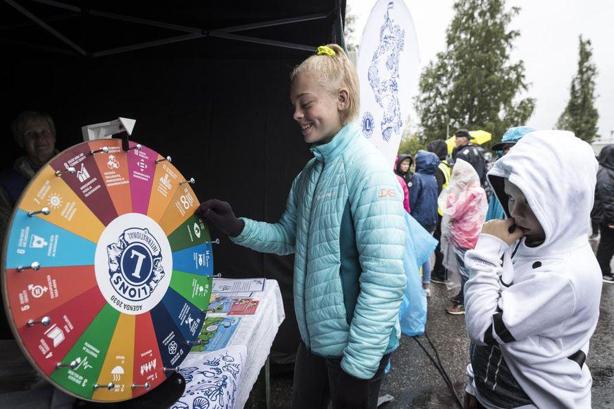 Koko kansan ilmastofestivaali käynnistyi Iin koululaisten vakuuttavalla marssilla Iin IlmastoAreenen pääalueelle Huilingissa.