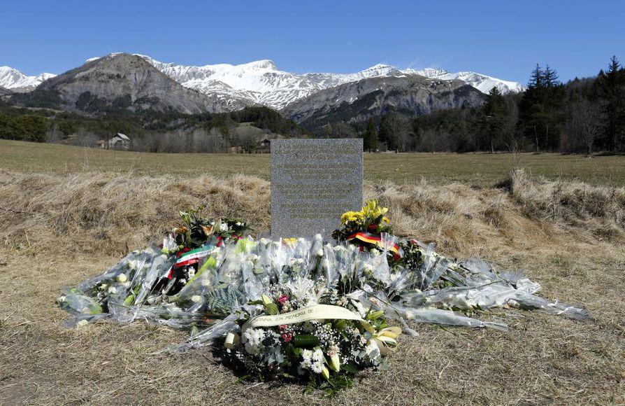 Kukkia turman muistopaikalla Le Vernetissä.
