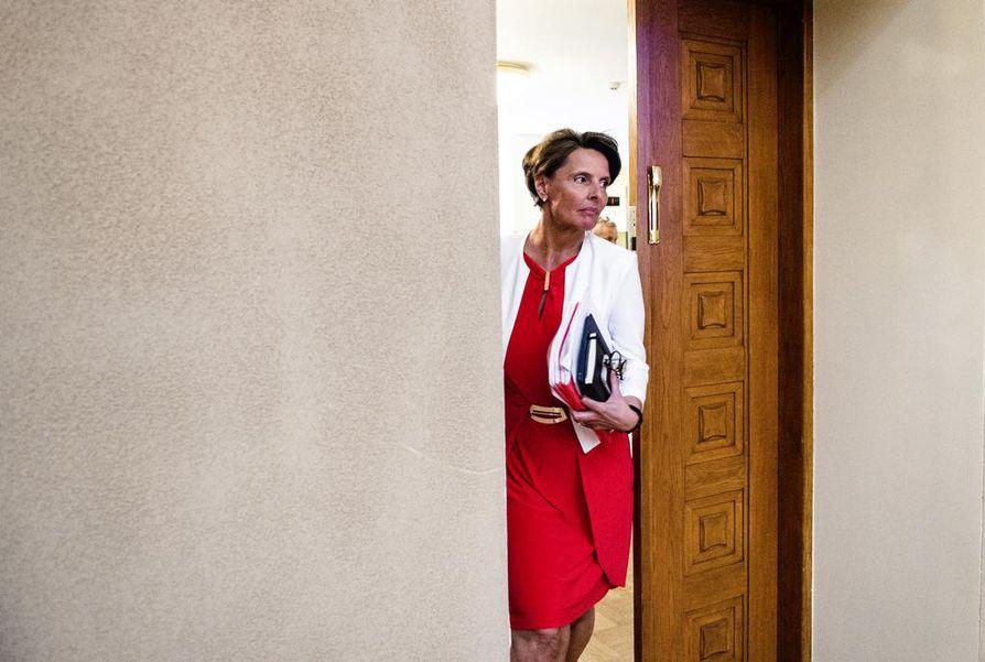 Liikenne- ja viestintäministeri Anne Berner (kesk.) esitteli viime viikolla liikenneverkkoselvityksen, jonka valmistelun hän kuitenkin keskeytti maanantaina. Arkistokuva.