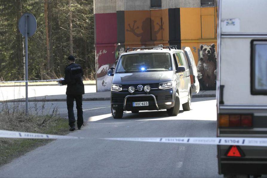Puolinvälinkankaan vesitornilla ja lähialueella on menossa poliisioperaatio. Kuva on otettu puolenpäivän aikaan.