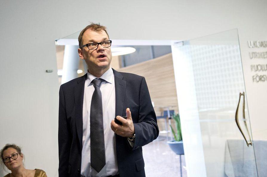 Pääministeri Juha Sipilän (kesk.) mukaan Suomi osallistuu jollain tapaa turvapaikanhakijoiden vastaanottoon.