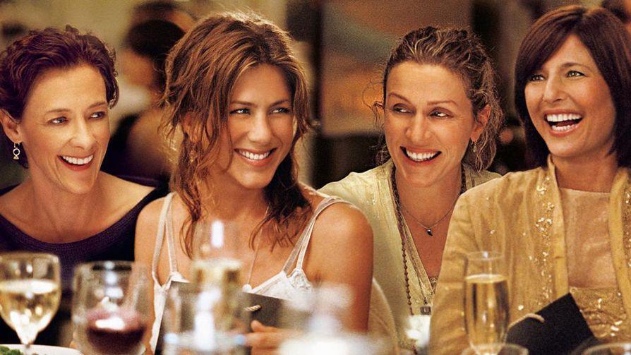 Jennifer Aniston poikkeaa ystäväjoukosta Rakkaat rikkaat ystävät -elokuvassa. Nuo ystävät ovat Joan Cusack, Frances McDormand ja Catherine Keener.