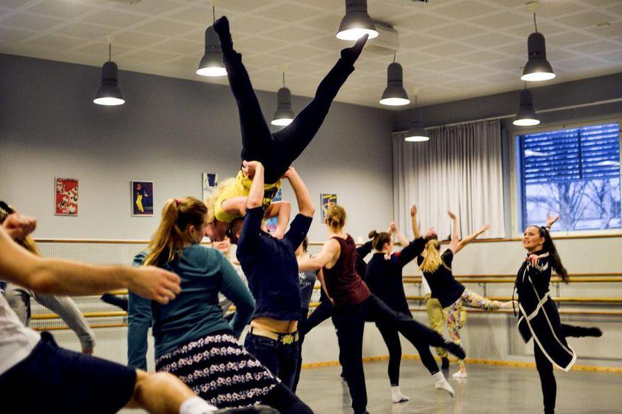 Tanssin puolen väkeä askarruttaa tulevien tilojen toimivuus. Joissakin tanssilajeissa tehdään esimerkiksi korkeita nostoja, joten matala huonekorkeus voi olla jopa turvallisuusriski, tanssin lehtori Milla Korja muistuttaa.