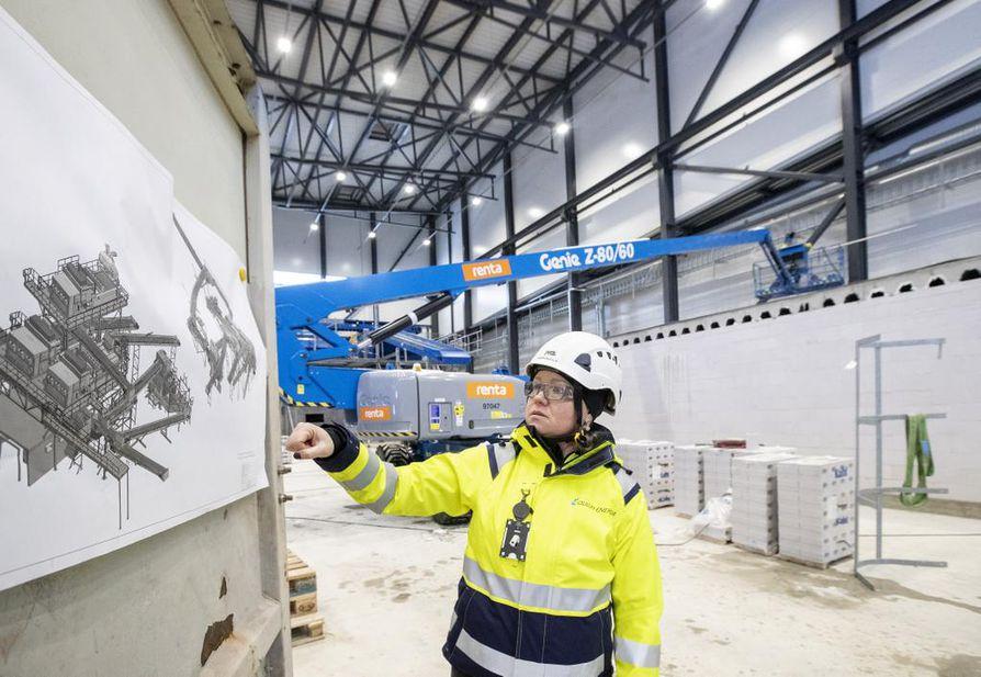Oulun Energian projektipäällikkö Saara Palo-oja esittelee, missä vaiheessa laitoksen laiteasennukset nyt ovat.