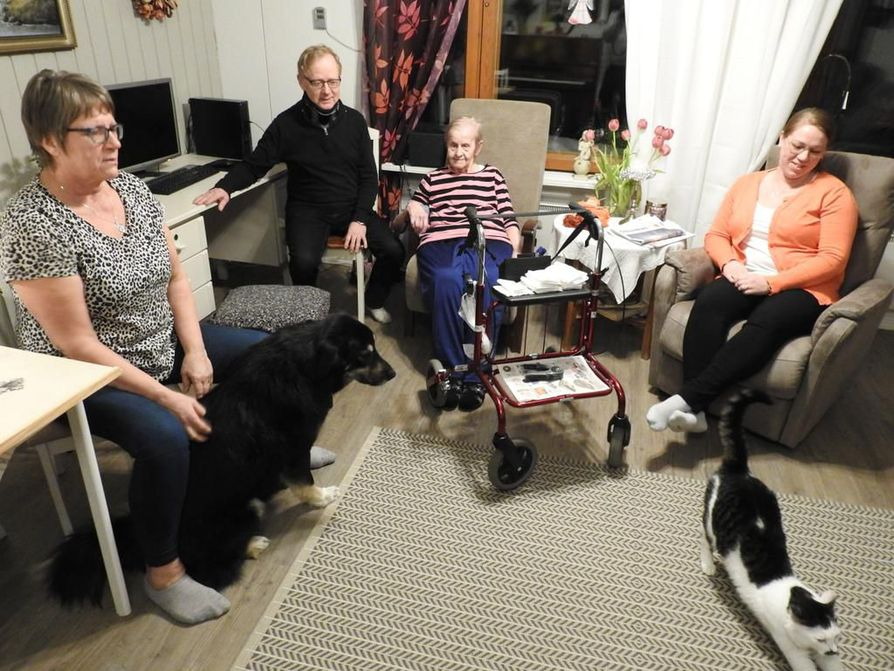 Irmeli ja Antti Koistinen, Aino Sinuna ja Maija Koistinen sanovat, että ihmisen pitää saada asua siellä, missä hänellä on hyvä olla.