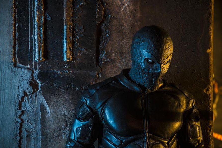 Rendel (Kris Gummerus) käy rikollisjärjestön kimppuun suomalaisessa supersankarielokuvassa Rendel.