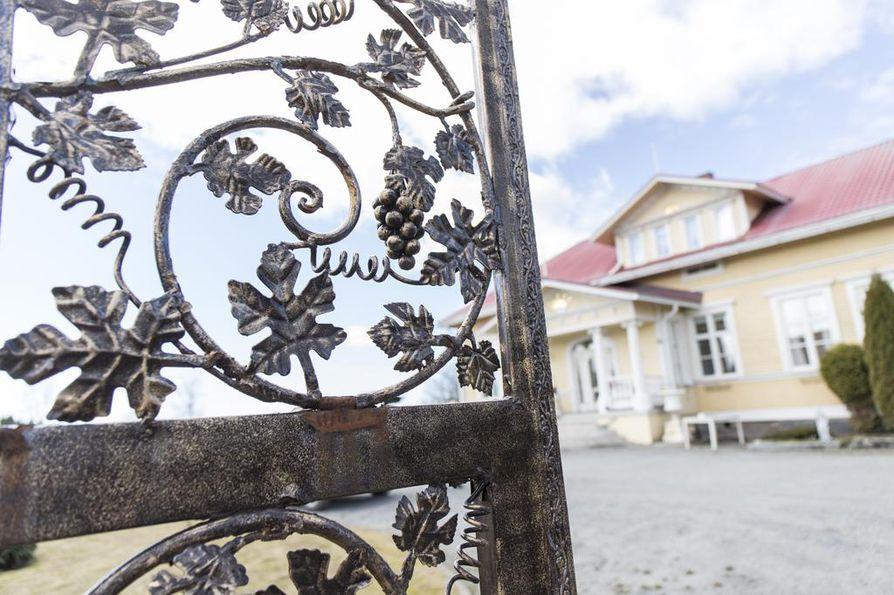 Talon portit Markku Ellala löysi Egyptistä viimeisenä lomailtanaan. Ne tulivat kuin tulivatkin rahtina perille. Taustalla näkyy Villa Royal, joka toimi ennen kyläkouluna. Nykyään se on Villa Royal.