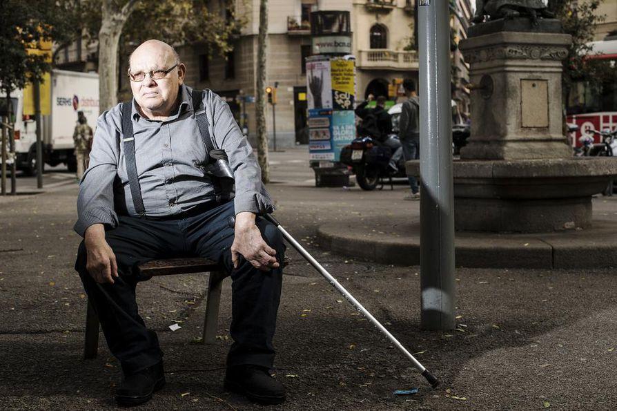 Eläkeläinen Jose Tomas kannattaa Katalonian itsenäisyyttä. Penkillään Barcelonan Eixamplen kaupunginosassa hän vertaa Espanjan viranomaisten toimia perheväkivaltaan.