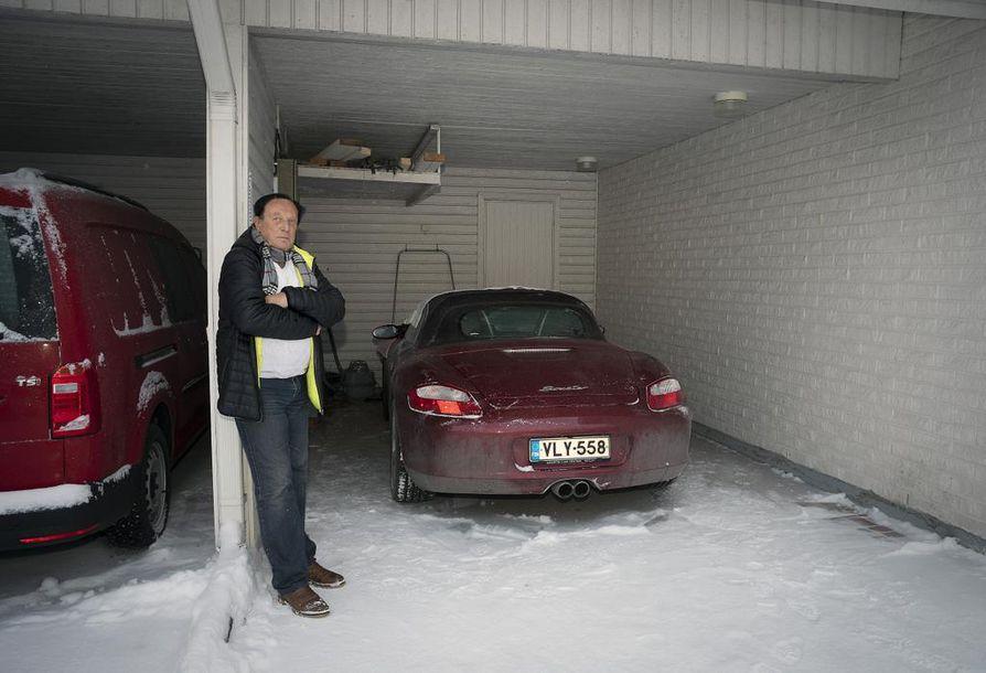Oululainen Ilkka Kahlos haluaisi rakentaa autokatokseensa oven. Hän ihmettelee rakentamiseen liittyvää byrokratiaa.