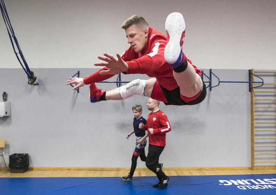 Petteri Kukkola haki alkuviikon harjoituksissa viimeisiä virityksiä SM-kisoja varten. Venymiskyvystä menestys ei ainakaan jää kiinni.