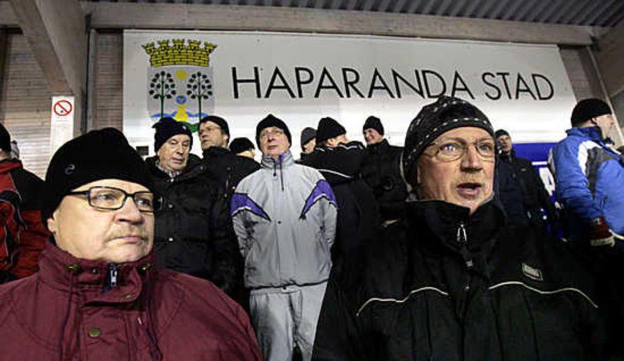 """Ruotsalaiset veljekset Hans ja Holger Pääjärvi aikovat käydä jatkossakin katsomassa Haaparanta-Tornio Palloveikkojen kotiotteluita. """"Elitserieniin nousu ei ole mahdotonta"""", Holger Pääjärvi sanoo."""