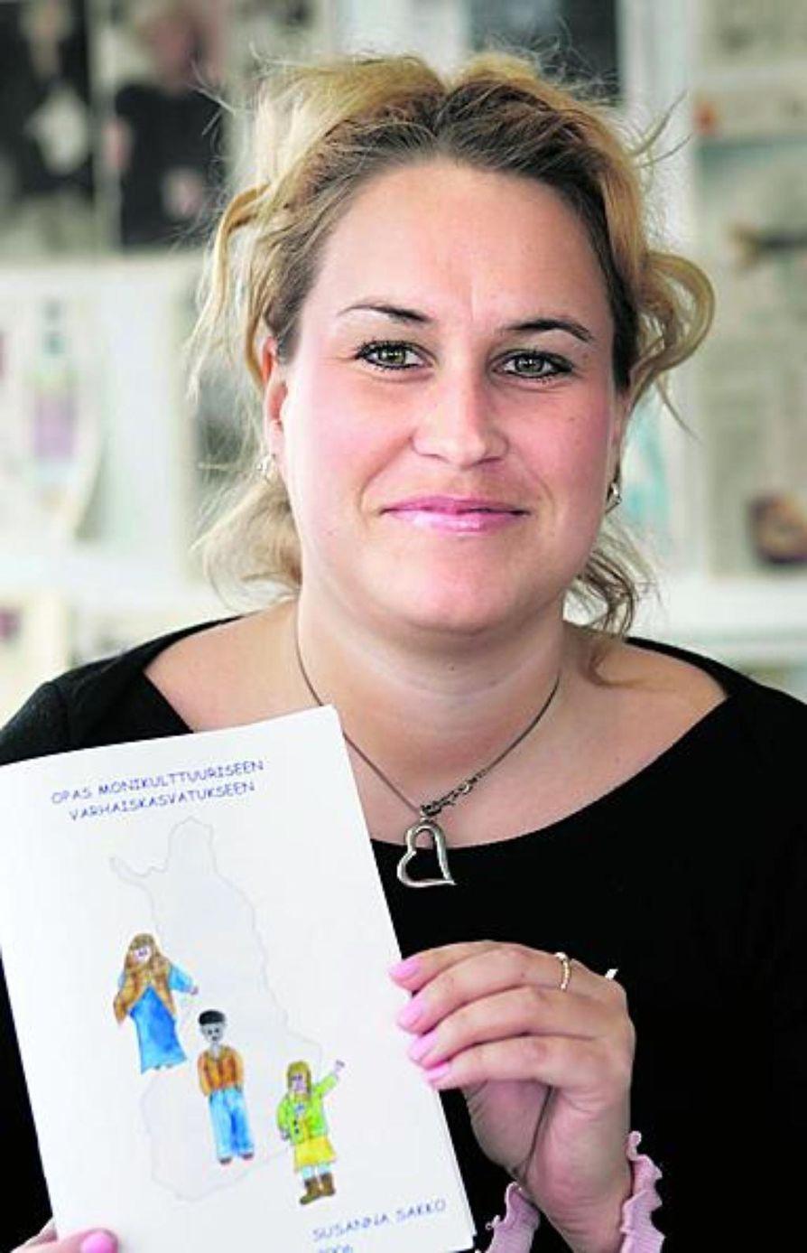 Susanna Sakko teki oppaan monikulttuuriseen kasvatukseen.