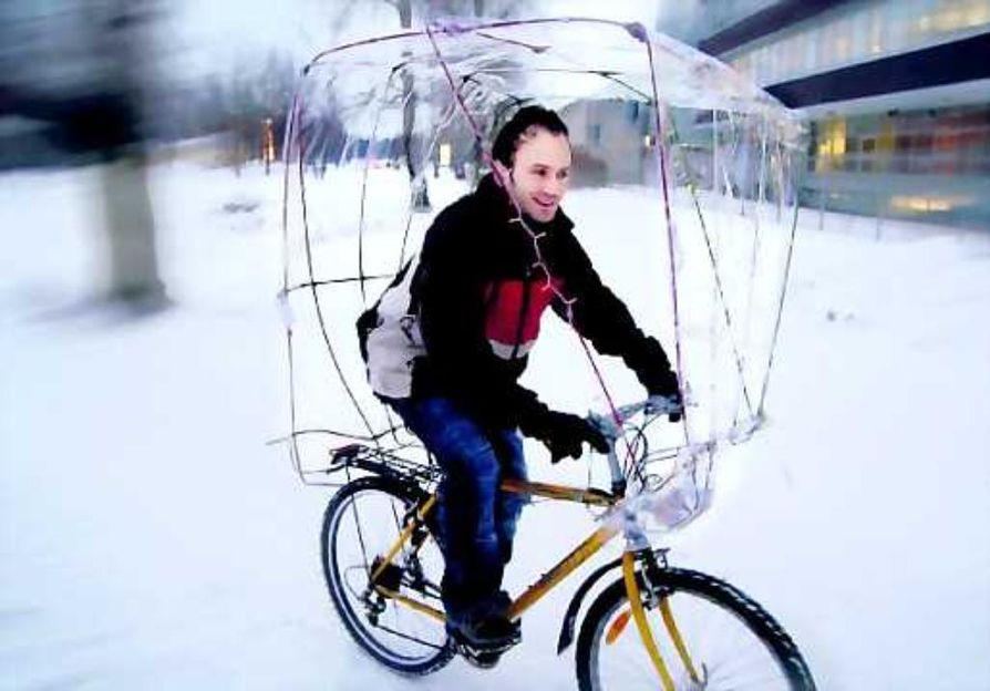 Neljän tuulen suojassa. Jerome Merla rakensi kesän rankkasateisiin kyllästyttyään pyörään suojakatoksen, jonka kanssa kelpaa polkea myös talvikelillä.