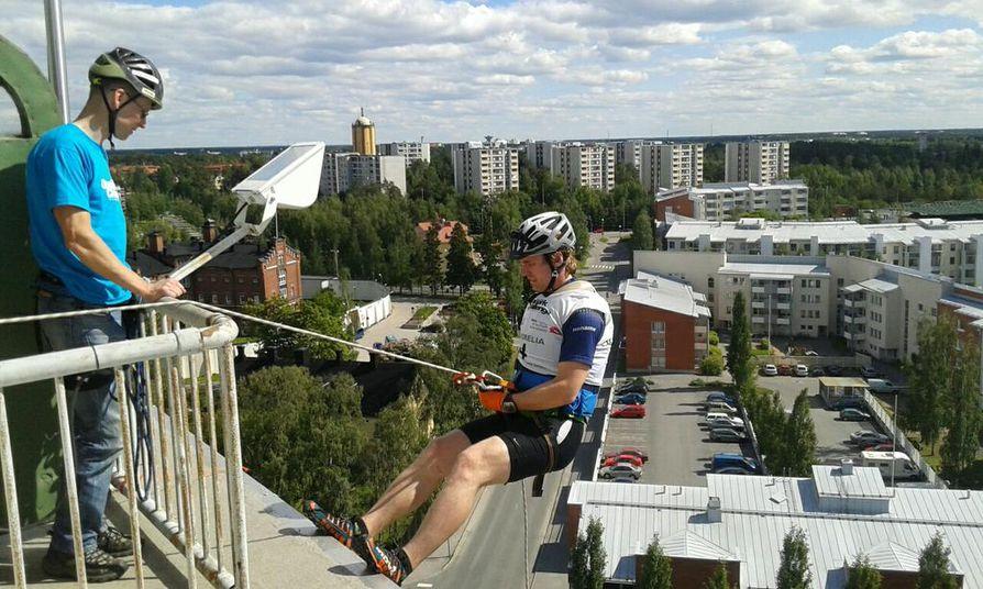 Turkulainen Geopark Challenge -kilpailija Mikko Laine laskeutuu Tietomaan tornista.