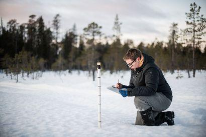 Ville mittaa roudan syvyyttä ja erottelee vesieliöitä pohjanäytteestä – Siviilipalveluksen voi suorittaa kansallispuiston kupeessa ympäristötieteessä avustaen