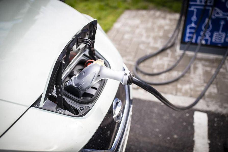 Sähköllä ja polttoaineella kulkevia hybridiautoja on kolmea eri tyyppiä.