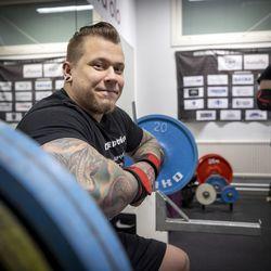 """Kempeleläinen Joni Tajakka nostaa penkistä 230 kiloa – """"Puolen vuoden aikana on tullut älyttömästi kehitystä, sillä ennätykseni on parantunut 25 kiloa"""""""