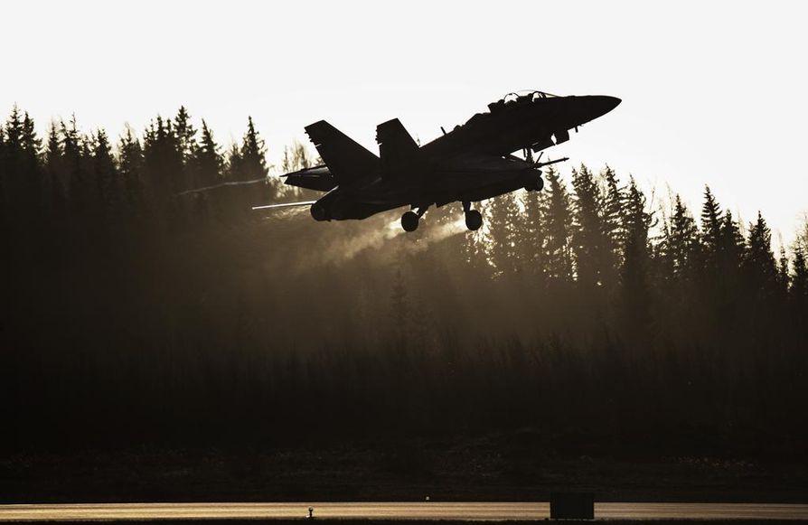 Hornetien ilmatankkausta harjoitellaan säännöllisesti.