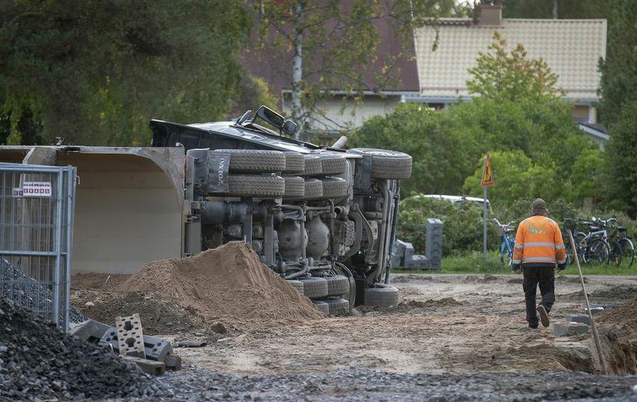 Sora-auto kaatui Höyhtyällä torstaiaamuna.