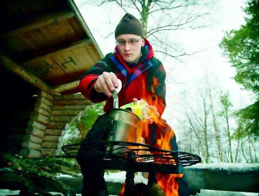 Hyvä vihje. Mikko Kangas ottaa retkelle mukaan termospullollisen kuumaa vettä ruoan valmistusta varten. Hiillos syntyy nopeammin pieniksi pilkotuista puista.
