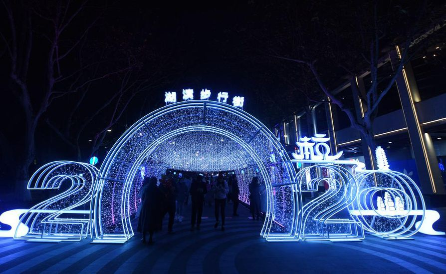 Vuonna 2020 käynnistyy joidenkin mielestä uusi vuosikymmen ja toisten mielestä taas ei. Kuva Kiinasta, jossa uusi vuosi toivotetaan sisään valoportista.
