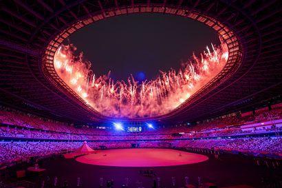 Olympialaiset avattiin aavemaisen tyhjällä stadionilla – tennistähti Naomi Osaka sytytti olympiatulen