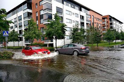 Ukkonen räväytti rankkasateen Ouluun – lukijat ovat kuvanneet tulvivia katuja