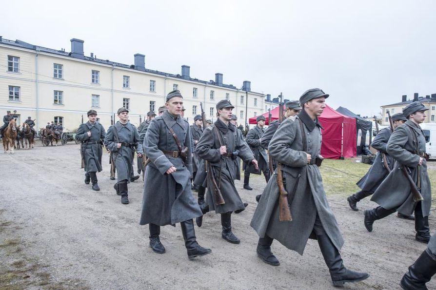 Aku Hirviniemi (oikealla etualalla) esittää Hietasta Tuntemattoman sotilaan uudessa versiossa.