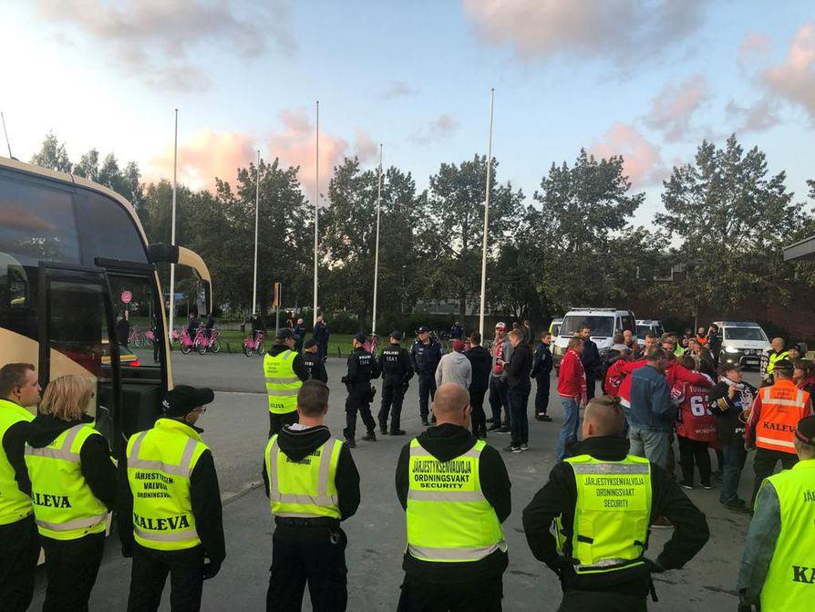 Lauantai-illanliigapeliä  oli turvaamassa runsaasti poliiseja ja järjestyksenvalvojia Oulun Raksilassa.