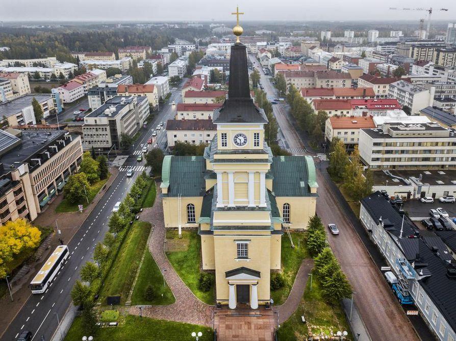 Oulun tuomiokirkossa on järjestetty Oulun lyseon lakkiaistilaisuuksia, sillä koululla ei ole riittävän suurta salia, johon myös opiskelijoiden omaiset mahtuisivat. Arkistokuva.