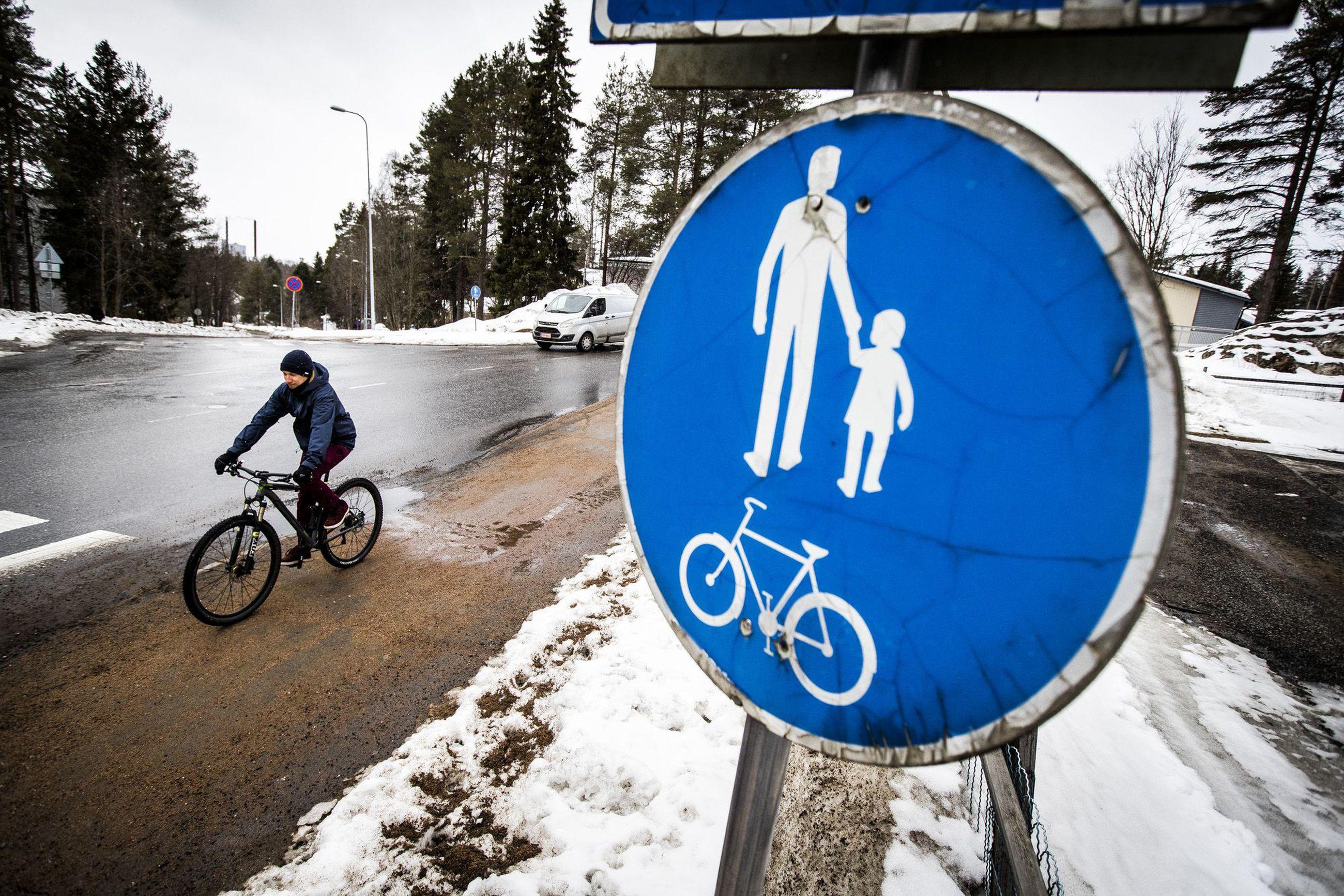 Jalkakäytävällä Pyöräily