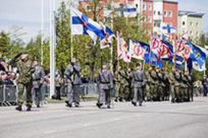 Marssimusiikkia ja hävittäjien jylyä lippujuhlan päivän Oulussa