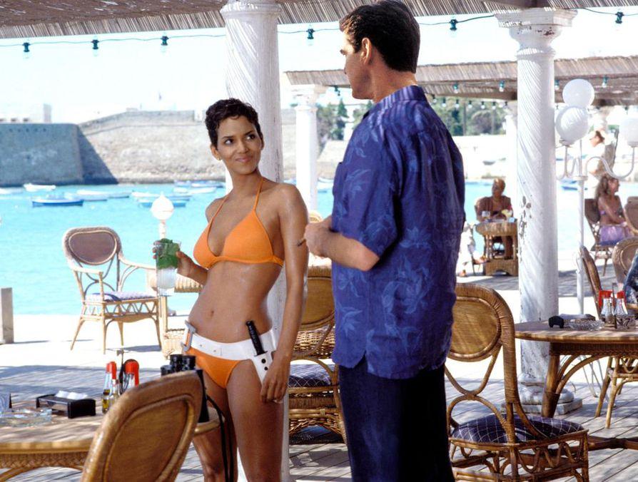 Halle Berry ja Pierce Brosnan tähdittävät Brosnanin viimeistä Bond-elokuvaa 007 - Kuolema saa odottaa, jossa James Bond jää vangiksi.