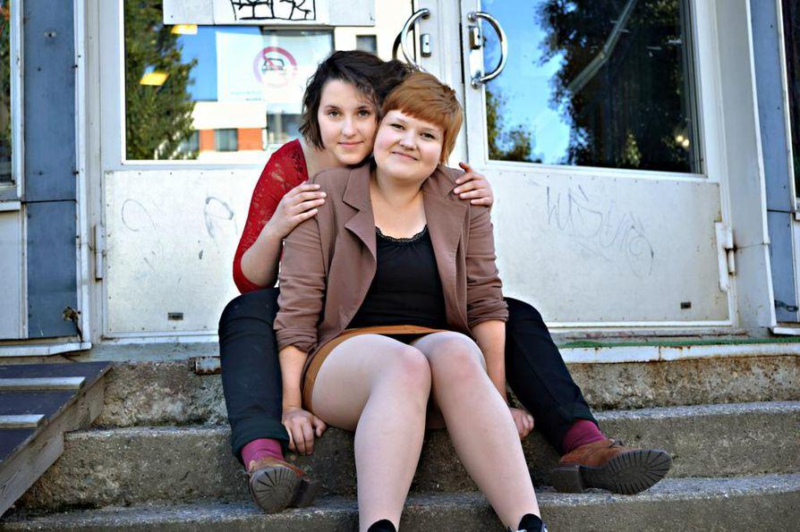 Loviisa Grubert (edessä) ja Sofia Blanco Sequeiros ovat viettäneet lapsuutensa ja nuoruutensa Oulun taidekoulussa.