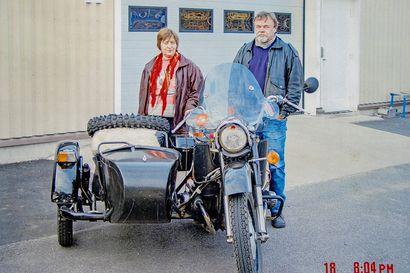 """""""Sivuvaunussa sai hyvät unet"""" - Raili Pyykkö on istunut kymmeniä tuhansia kilometrejä moottoripyörän sivuvaunun kyydissä, eikä turvallisempaa matkatapaa löydy hänen mielestään"""