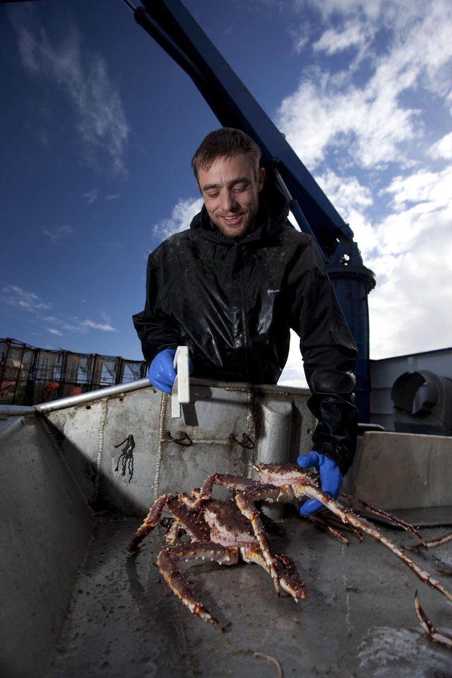 Jake Anderson on Saga-aluksen kapteeni. Hän miehistöineen kalastaa kuningasraja Beringinmerellä Alaskassa.