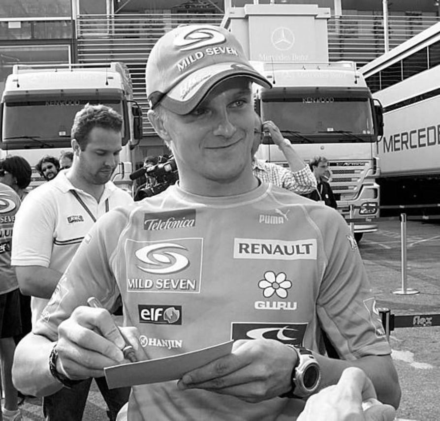 Heikki Kovalaisen nimikirjoitus oli kysyttyä tavaraa Monzan radan varikolla.